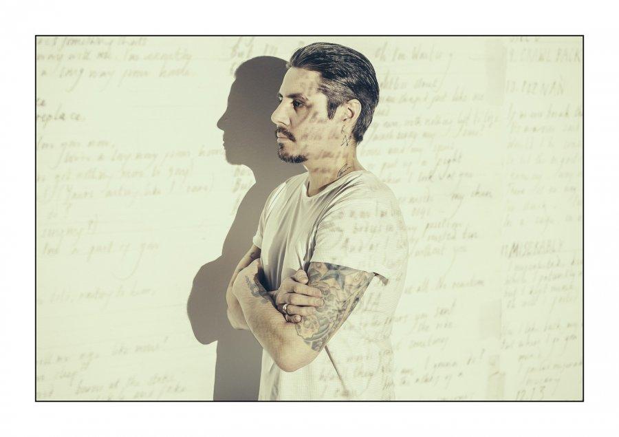Pocit samoty pretvoril na vzácne hudobné dielo. Low Roar prvýkrát vystúpi na Slovensku