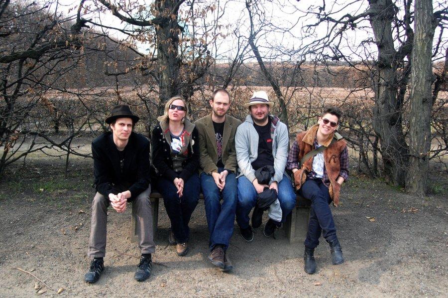 V novom videoklipe Živé kvety na návšteve u bluesovej legendy Joža Barinu