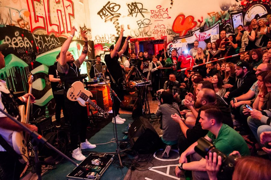 Lavagance oslávili v opustenej nemocnici dekádu na scéne! Zahrali aj Prešporskí junáci, DJ Koki a harfa
