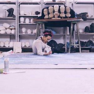 Skladateľka, huslistka a speváčka Miriam Kaiser predstavuje videoklip Umelec