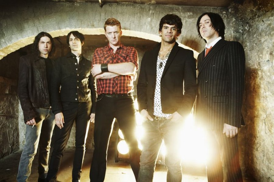 Queens Of The Stone Age privezú na Rock For People čerstvý a intenzívny album s požehnaním Eltona Johna
