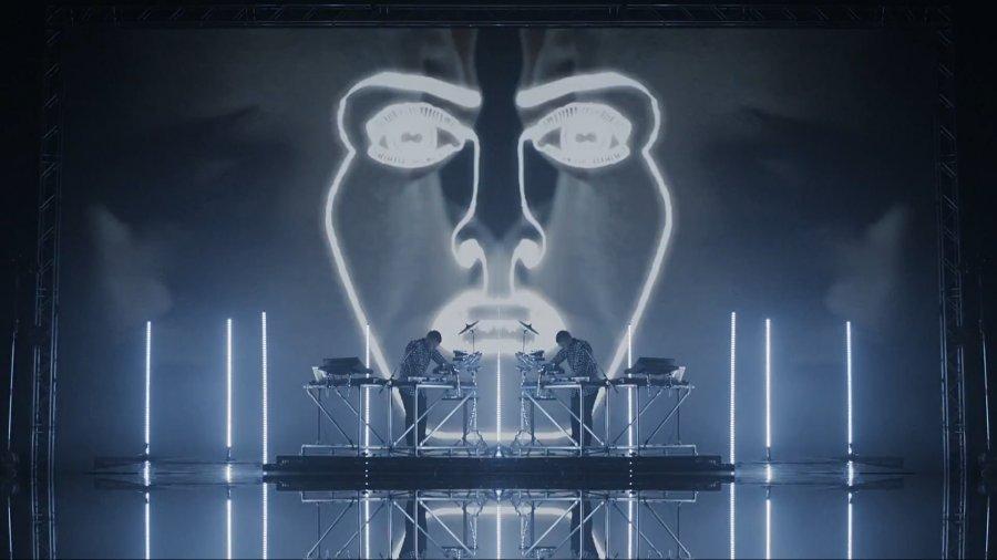 Nový klip od Disclosure bol okamžite stiahnutý kvôli znázorňovaniu užívania drôg