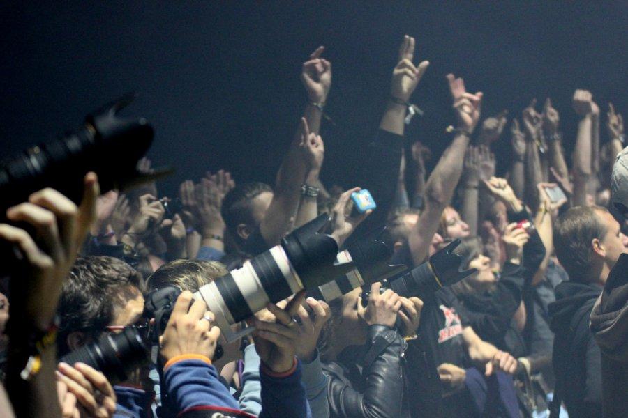 Pozrite si trailer o mladíkovi, ktorý sa vplížil na veľké festivaly ako falošný fotograf