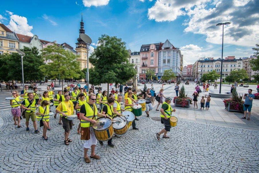 Čo robiť pred Colours of Ostrava? Užiť si zadarmo Festival v ulicích alebo objavovať hudbu na Czech Music Crossroads