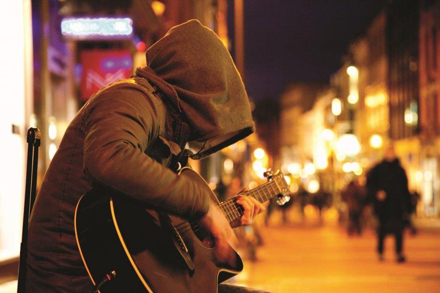 Írský hudobník so zahalenou tvárou si získava priaznivcov aj na Slovensku