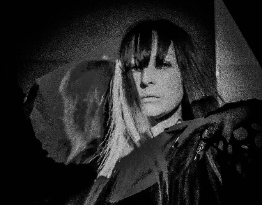 Vychádzajúca hviezda z Londýna Evi Vine vystúpi v Bratislave