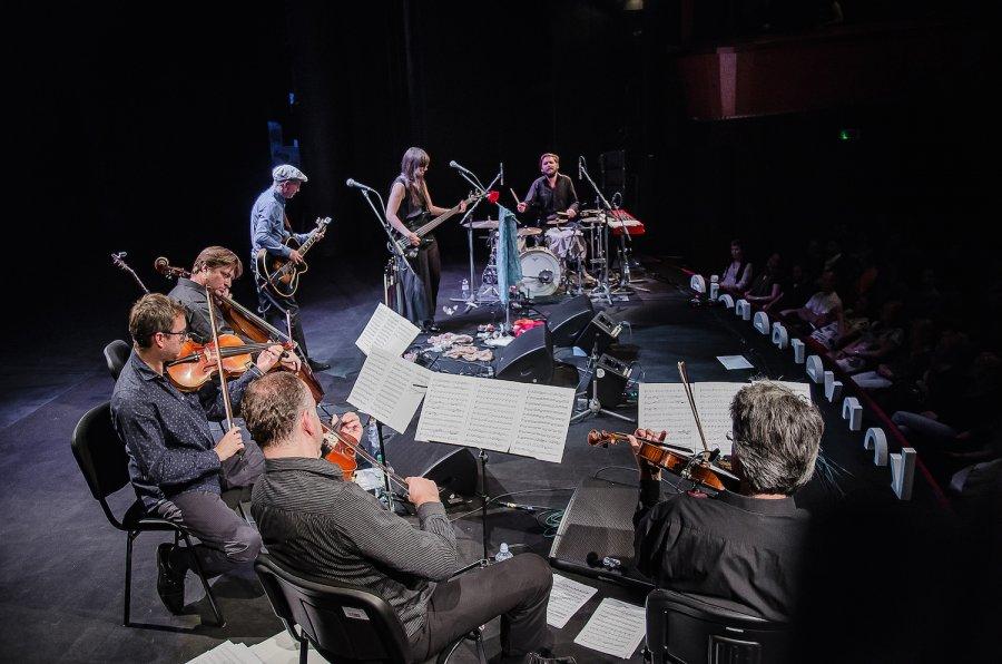 Longital Suita sa vracia na pódiá a predstavuje nový album