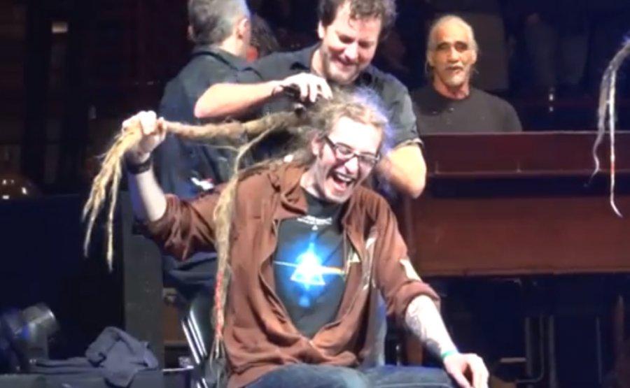 """Fanúšik kapely Pearl Jam si nechal ostrihať """"dredy"""" počas koncertu"""