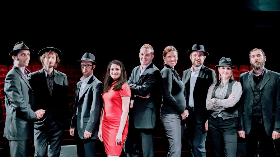 Preßburger Klezmer Band prichádzajú s naliehavým videoklipom ku skladbe Vigndik a fremd kind