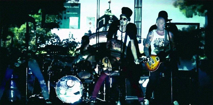 Pražský punkáči The Fialky nastavujú v novom klipe svetu zrkadlo